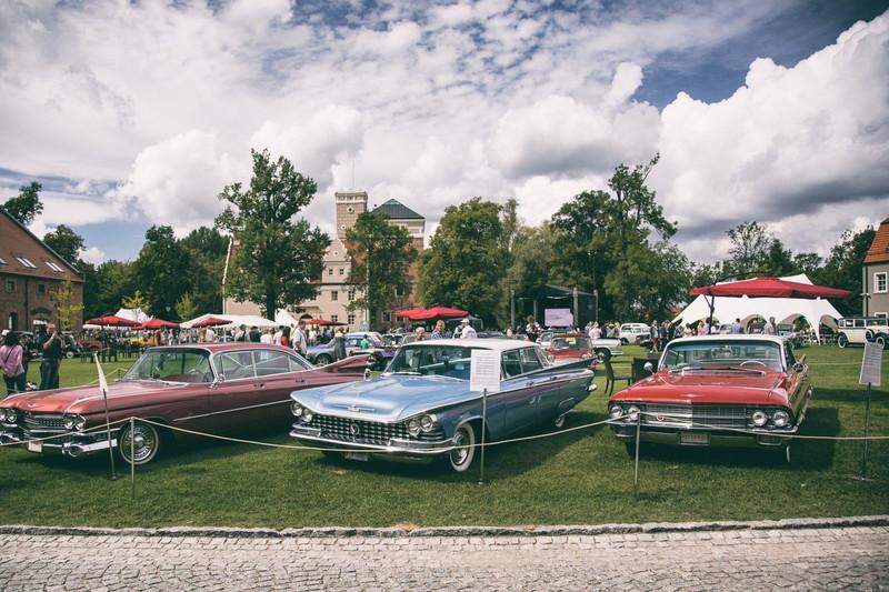 Prezentacja pojazdów na dziedzińcu Zamku Toapcz